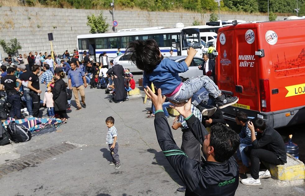 إحصائية: تركيا رحلت9 آلاف لاجئ سوري الشهر الماضي