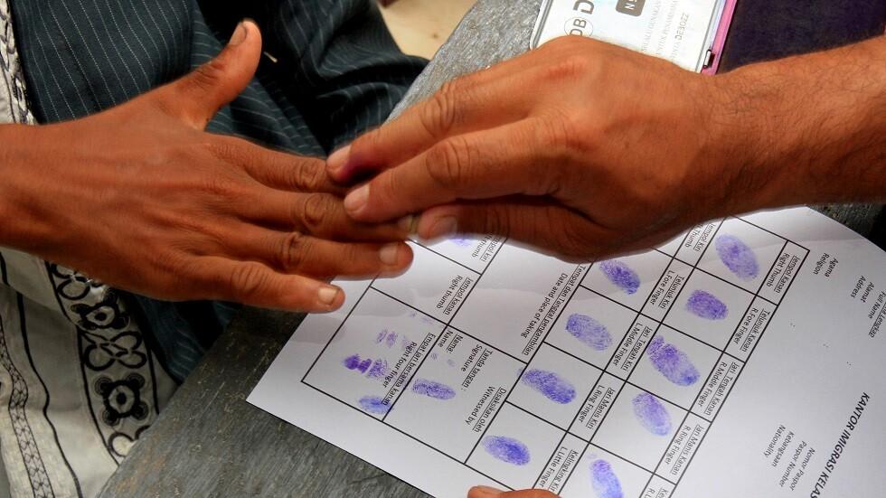 أخذ بصمات الأصابع لتسجيل الأشخاص رسميا - أرشيف
