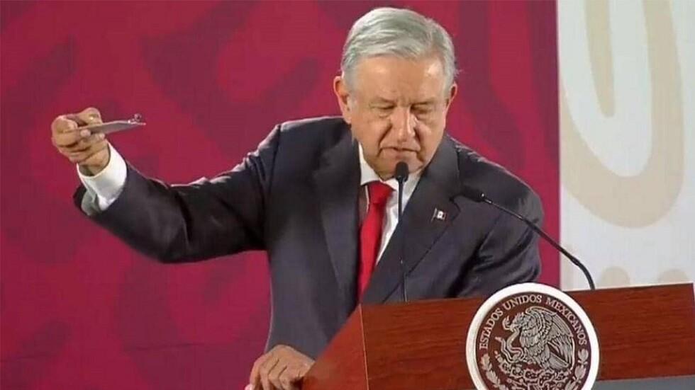 الرئيس المكسيكي يعرض الشريحة التي تحوي كاميرا التجسس عليه