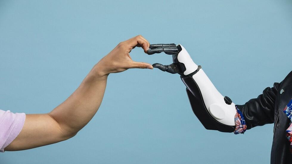 ابتكار رائع يساعد مرتدي الأيدي الاصطناعية على الإحساس مجددا