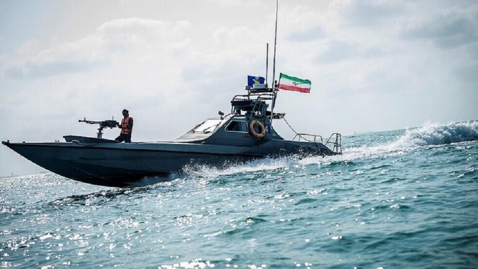 شاهد.. الحرس الثوري يحتجز قوارب أجنبية في الخليج