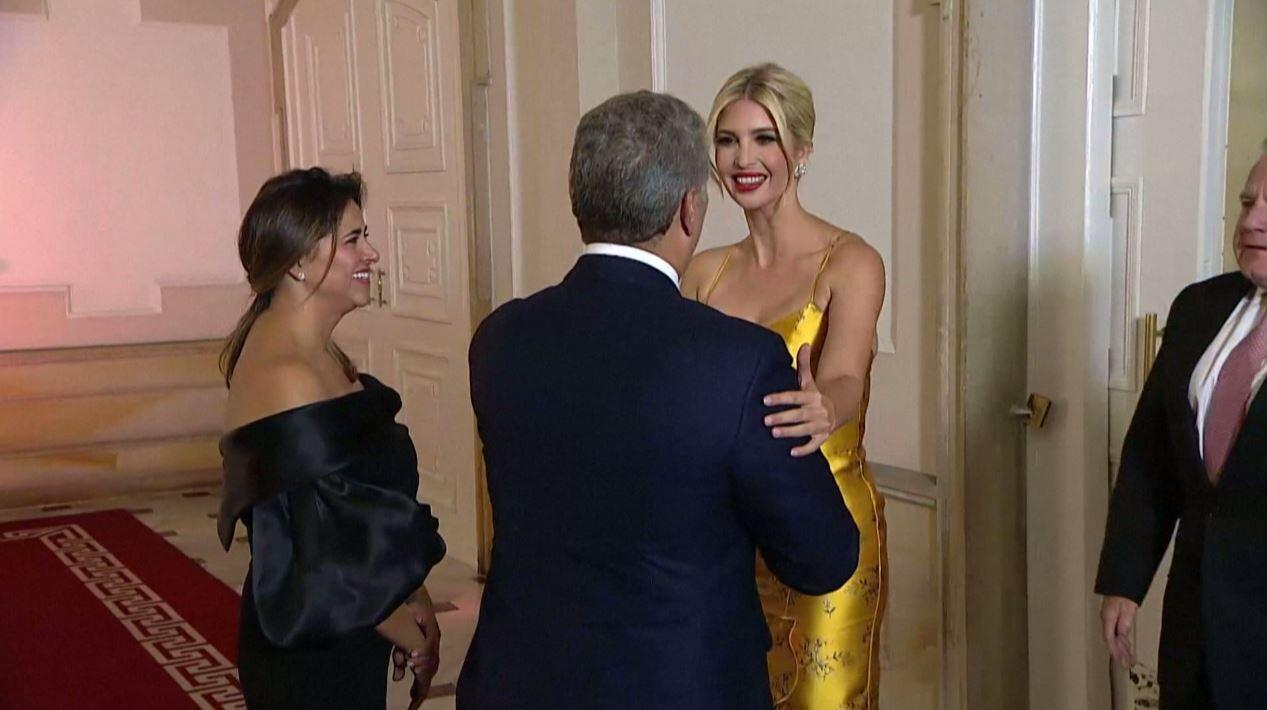 شاهد.. إيفانكا ترامب تسرق الأضواء بفستانها الأصفر في القصر الرئاسي بكولومبيا