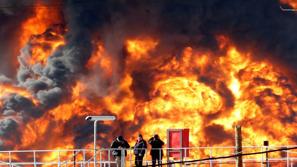 شاهد.. إغلاق ميناء حيفا بسبب حريق كبير