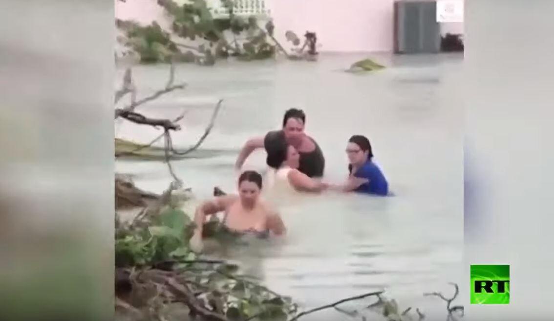شاهد.. مهارتهم في السباحة تساعدهم على النجاة من إعصار