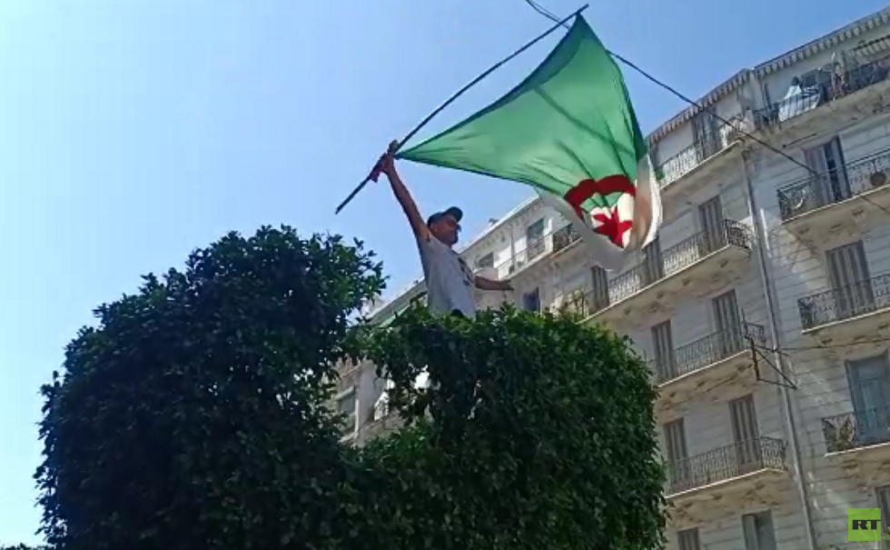 الجزائريون يواصلون الاحتجاج بعد دعوة قائد الجيش لإجراء انتخابات قبل نهاية السنة