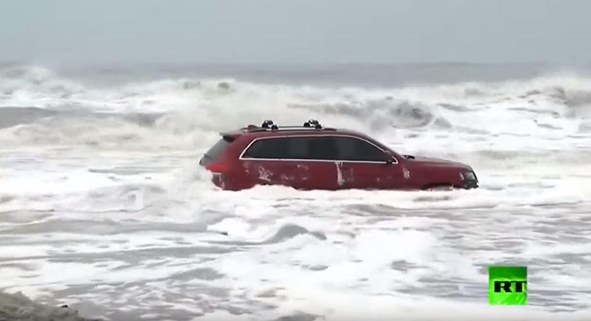 شاهد.. سيارة عالقة وسط الأمواج العاتية لحظة اقتراب إعصار
