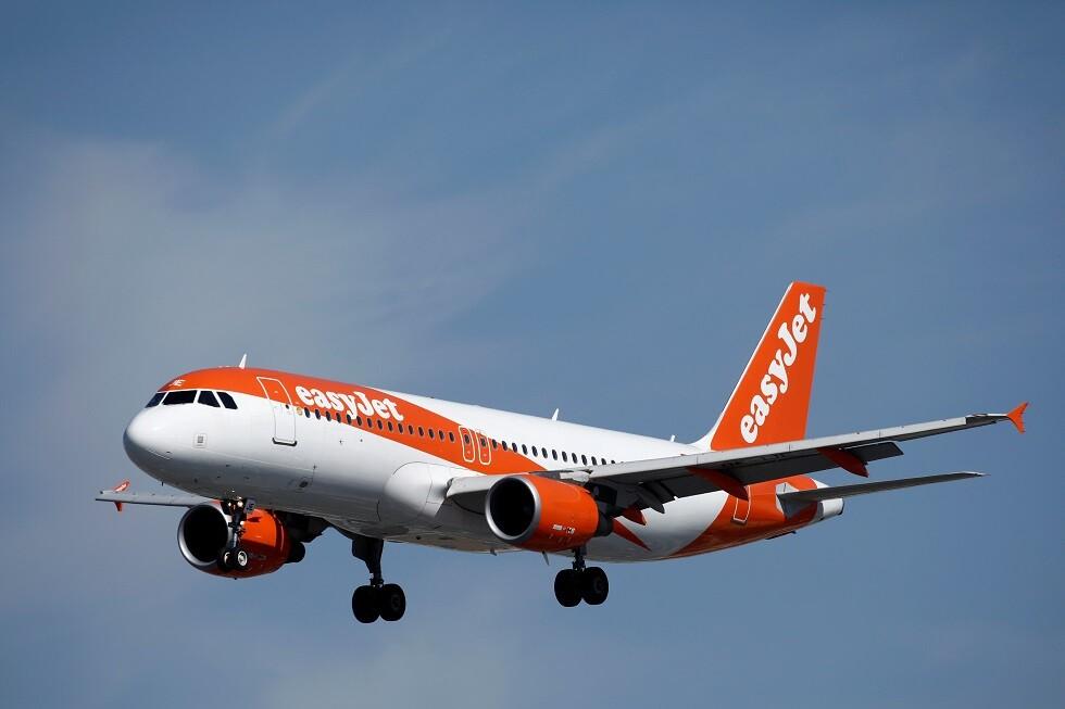 مسافر يتخذ قرارا بقيادة طائرة بعد غياب أحد الطيارين (فيديو)