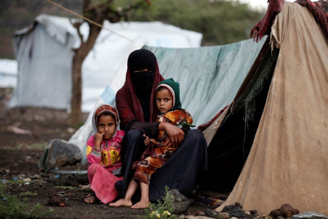 امرأة وابنتاها في مخيم للنازحين قرب العاصمة اليمنية صنعاء