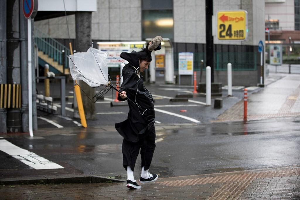 اليابان تتعرض لإعصارين في آن واحد