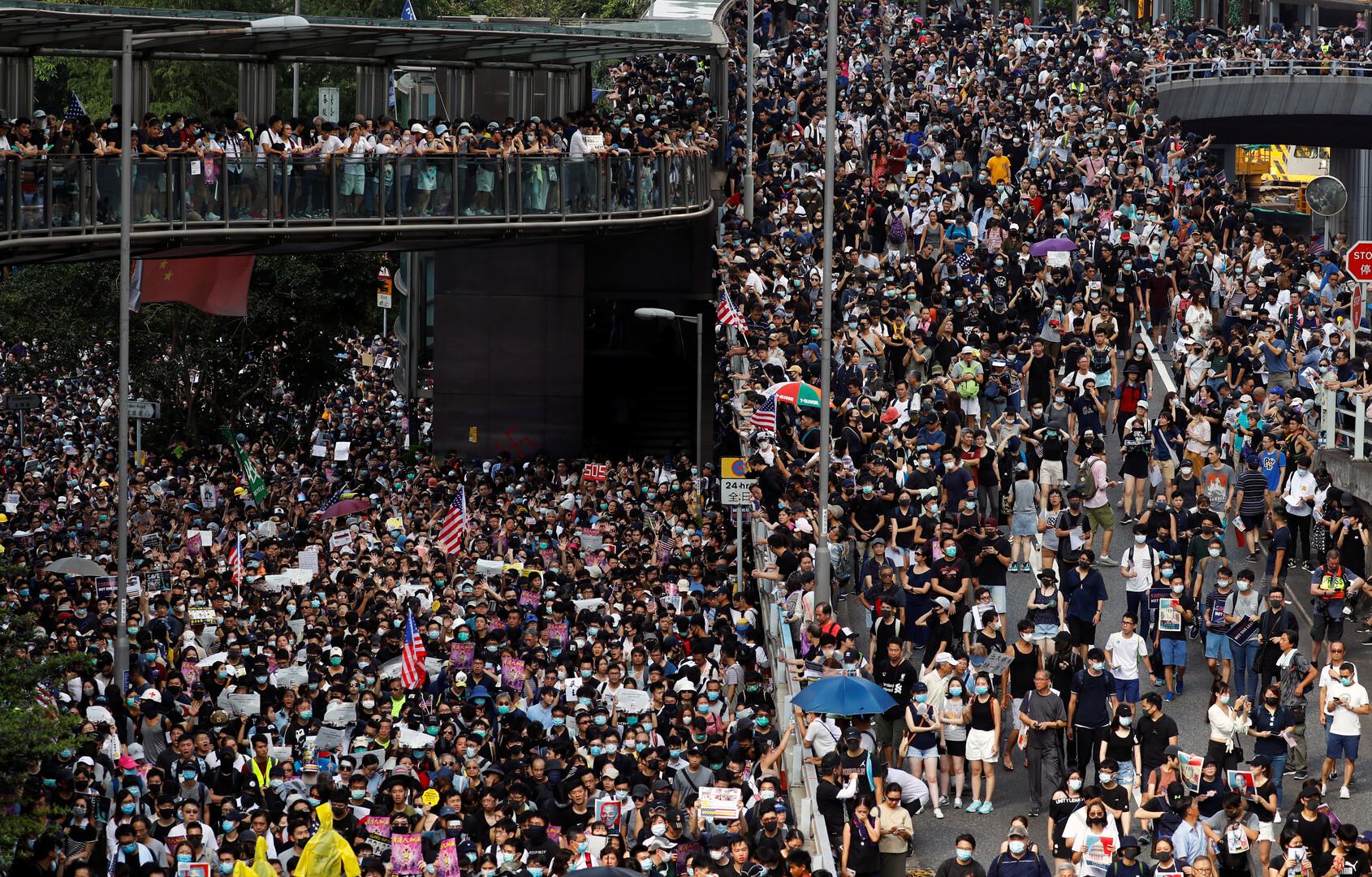 إصابة 19 شخصا جراء الاحتجاجات في هونغ كونغ أمس