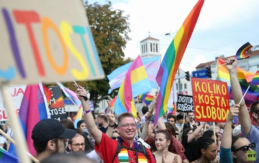 المئات يشاركون في أول مسيرة لـ