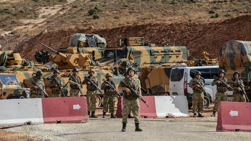 عناصر من الجيش التركي قرب الحدود بين تركيا وسوريا