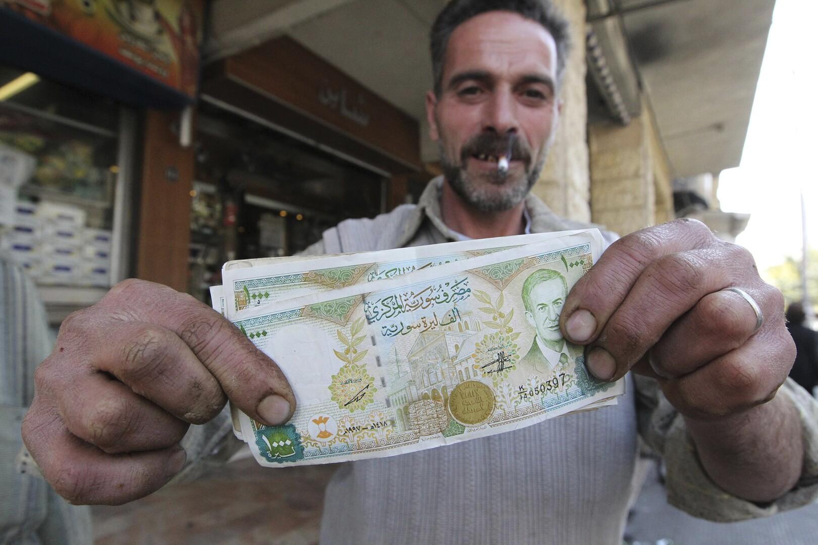 بعد انهيار العملة السورية.. خبير يقترح حلا يعود للثمانينات لدعم الليرة