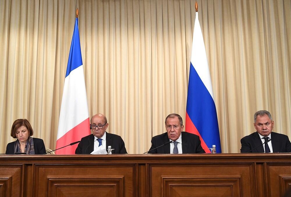 وزيرا الدفاع والخارجية الروسيان، سيرغي شويغو وسيرغي لافروف، إلى جانب نظيريهما الفرنسيين، جان إيف لودريان وفرانسواز بارلي.