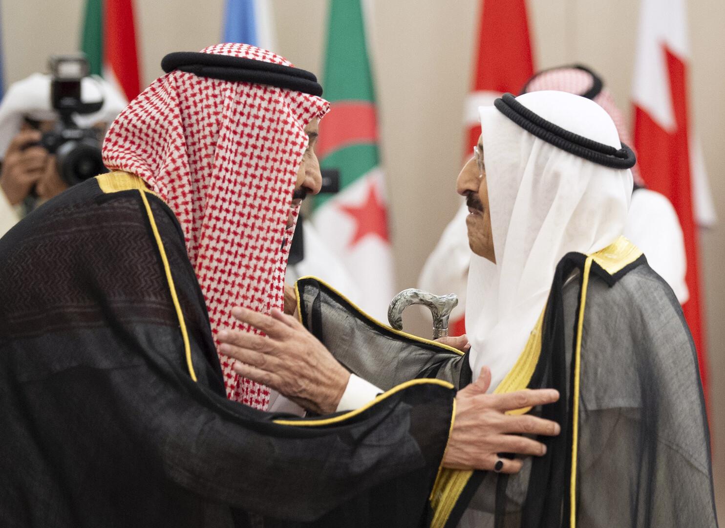 العاهل السعودي وأمير قطر يتصلان بأمير الكويت للاطمئنان على صحته