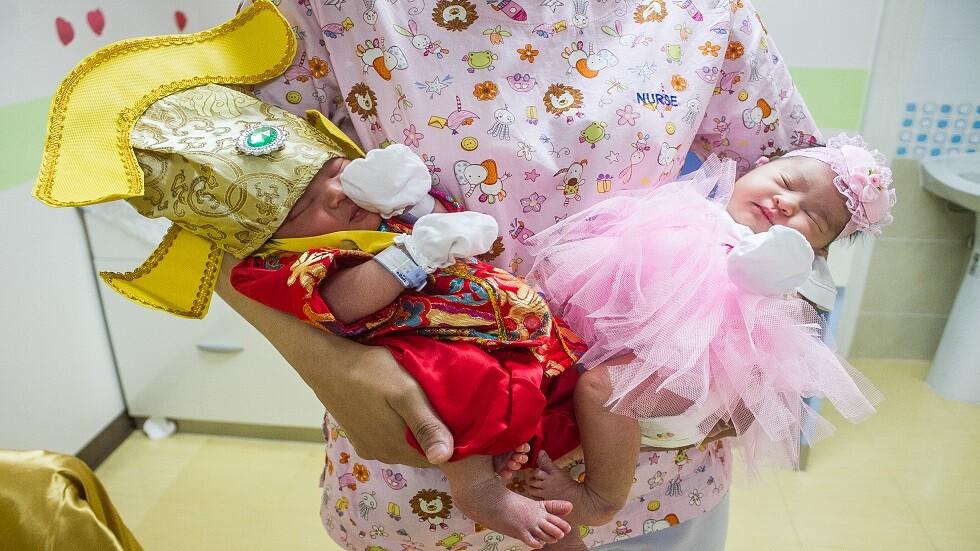 امرأة ترمي طفلتها وطفلة جارتها من نافذة مستشفى الولادة
