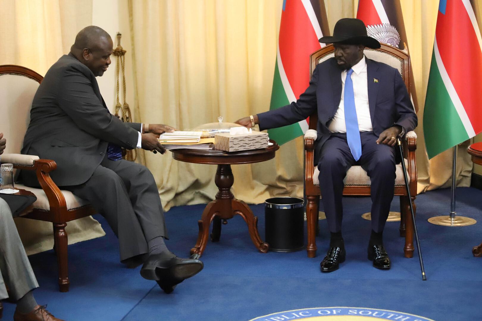 رئيس جنوب السودان، سلفا كير، ونائبه السابق، رياك مشار، قبل بدء محادثاتهما في جوبا