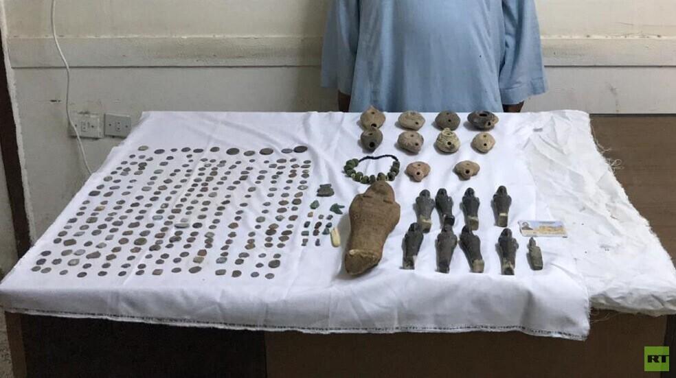 مصر.. ضبط مئات القطع الأثرية بحوزة فلاح في المنيا