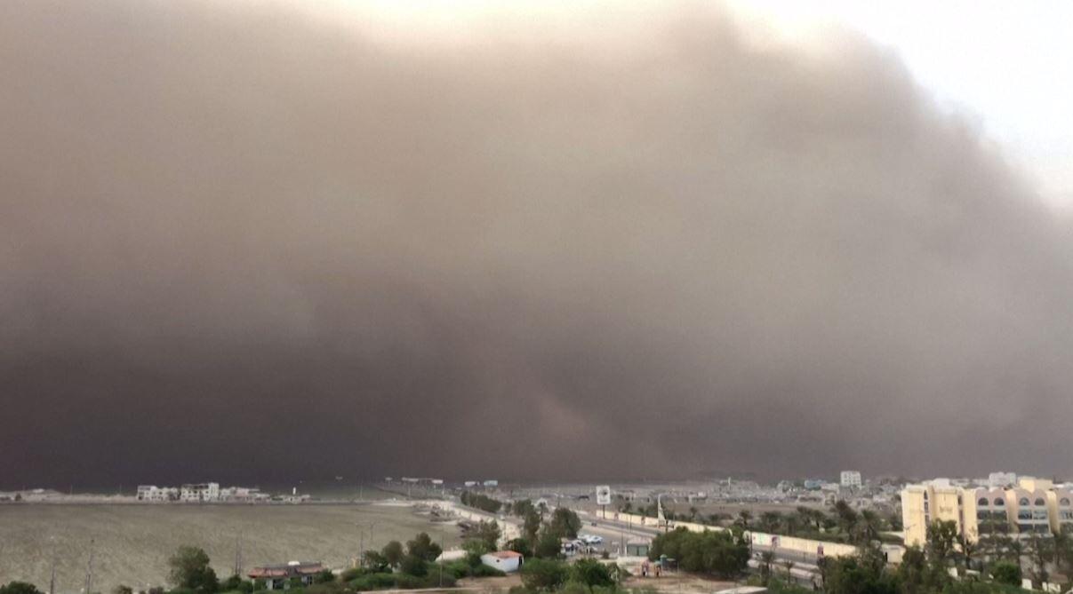 شاهد.. عاصفة رملية شديدة تضرب مدينة يمنية