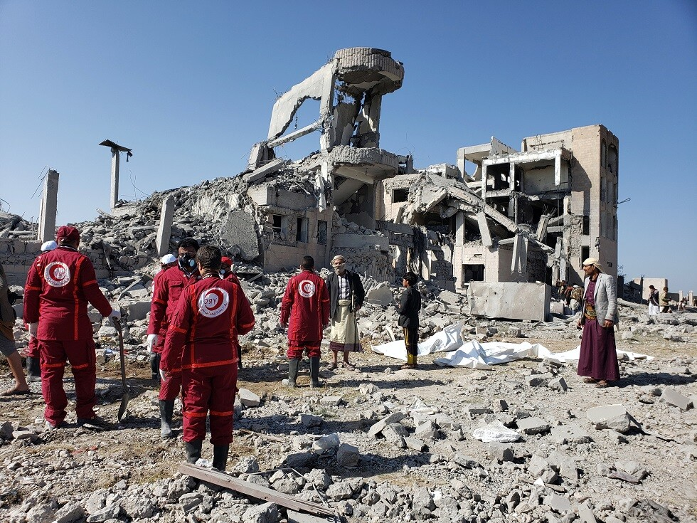 الهلال الأحمر اليمني: الحصيلة النهائية جراء قصف التحالف لسجن ذمار 135 قتيلا