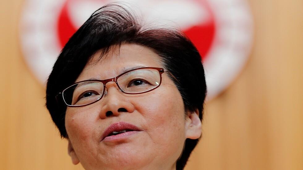 زعيمة هونغ كونغ تتعهد بمعالجة الجوانب المعيشية لأزمة منطقتها
