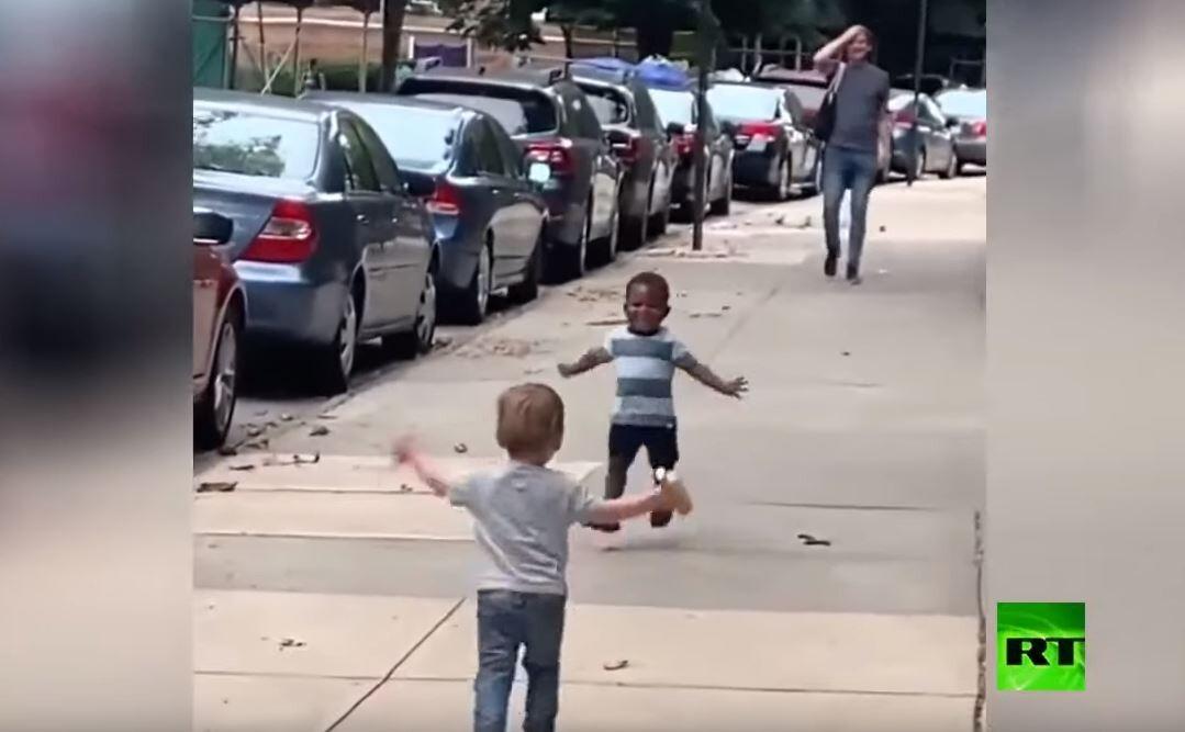 طفلان يلقنان البشرية درسا في المحبة