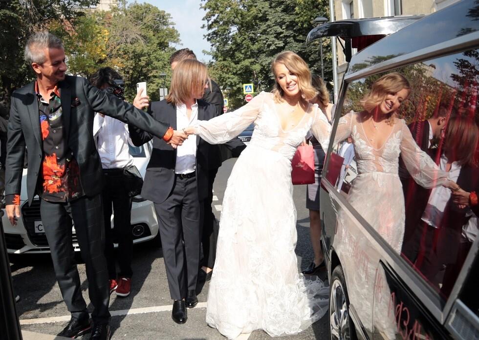 منافسة بوتين تحتفل بزفافها في سيارة دفن الموتى (صور+فيديو)