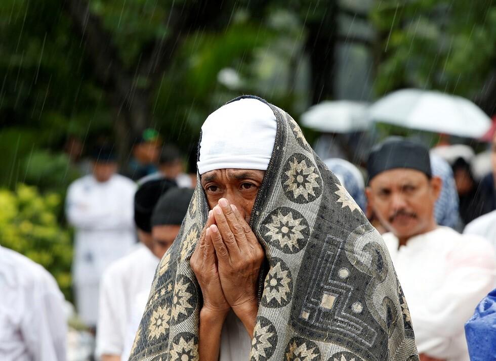 الإندونيسيون يؤدون صلاة الاستسقاء لمواجهة الحرائق (صور)