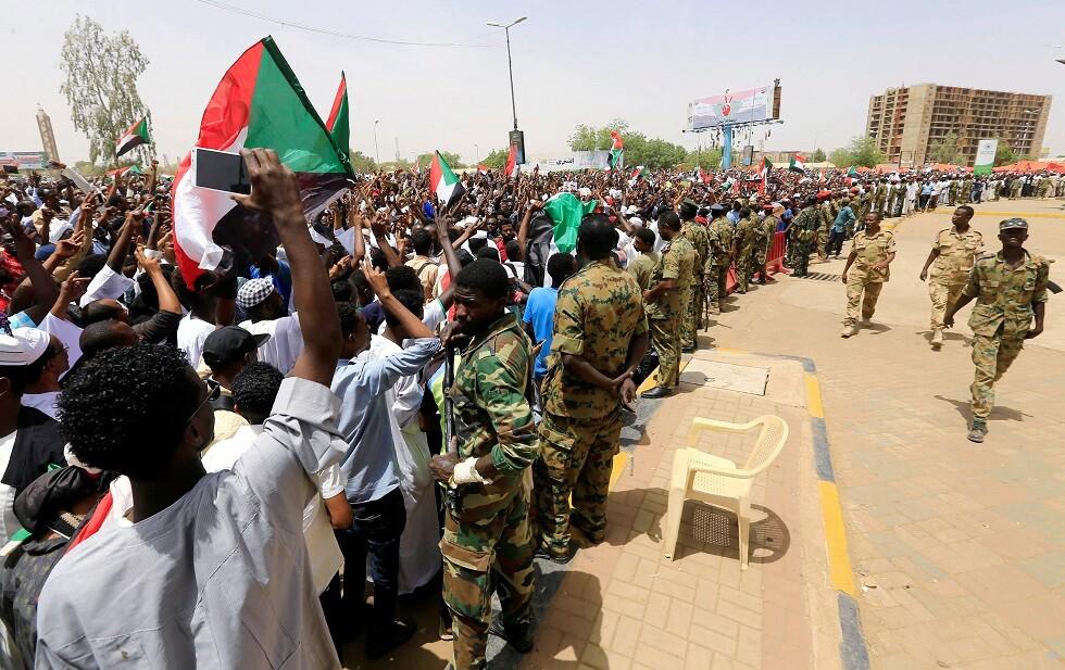 الجيش والمتظاهرون في السودان