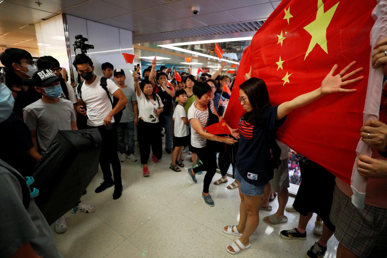 احتجاجات هونغ كونغ تدخل أسبوعها الـ15 باشتباكات بين المتظاهرين المتنافسين