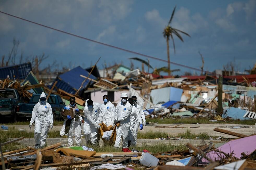انتشال الجثث في جزر الباهاماس بعد  الإعصار