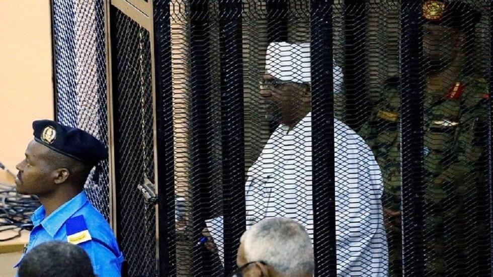 الرئيس السوداني المعزول عمر البشير في المحكمة (صورة أرشيفية)