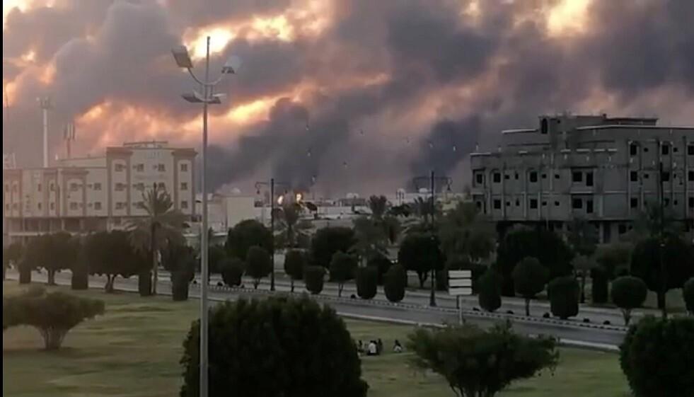الدخان يتصاعد من مصفاة بقيق لتكرير النفط  بالسعودية