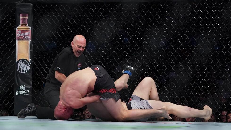 شاهد.. مقاتل يخنق خصمه بحركة مثيرة تسمى