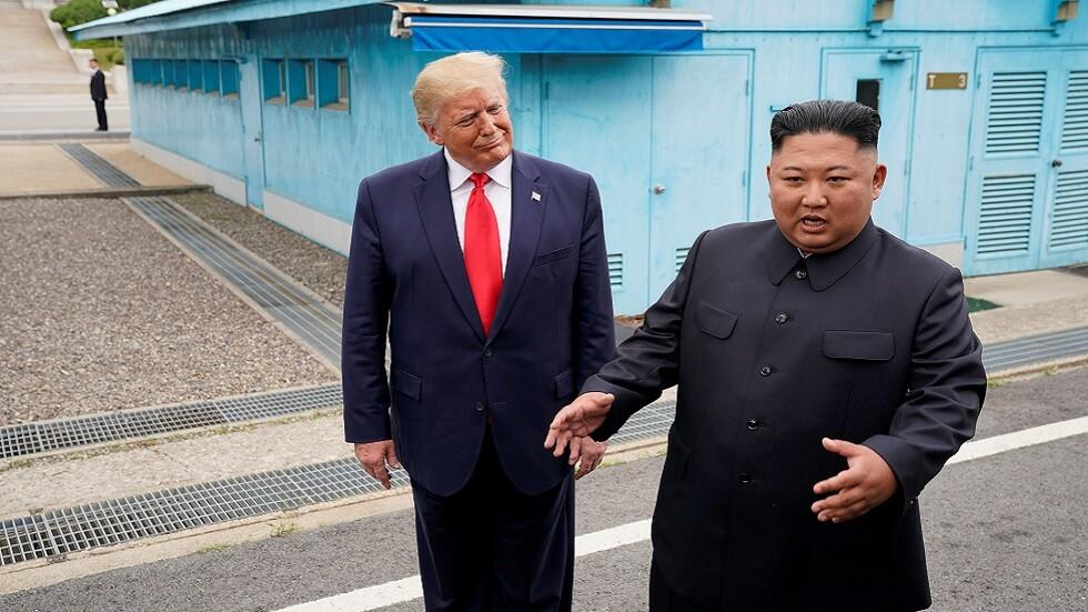 زعيم كوريا الشمالية كيم جونغ أون والرئيس الأمريكي دونالد ترامب خلال لقائهما على الحدود بين الكوريتين في 30 يونيو 2019