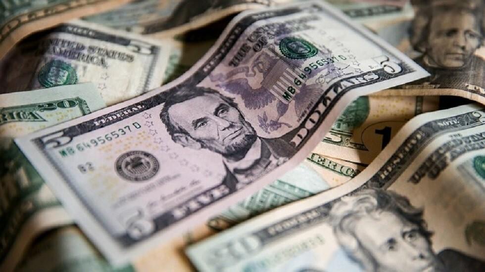 الدولار يهبط والذهب يصعد بعد استهداف