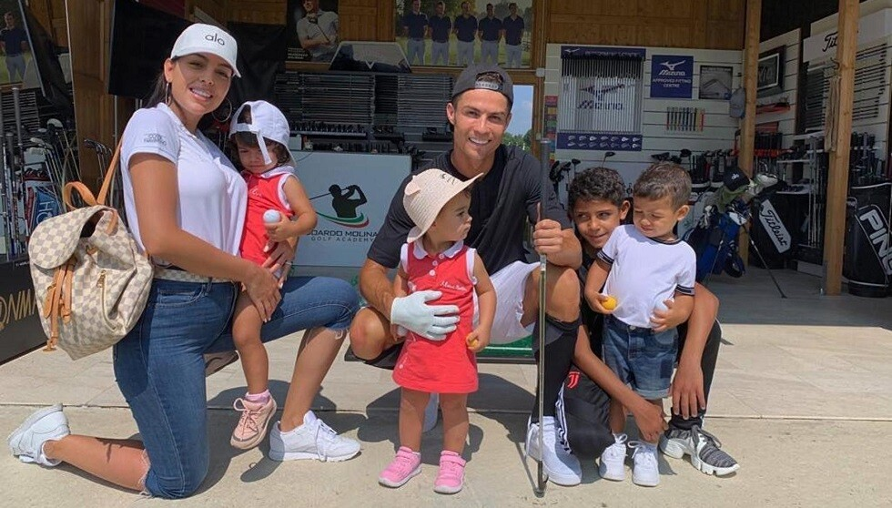 رونالدو: غيرت القناة لشعوري بالخجل أمام الأطفال وجورجينا
