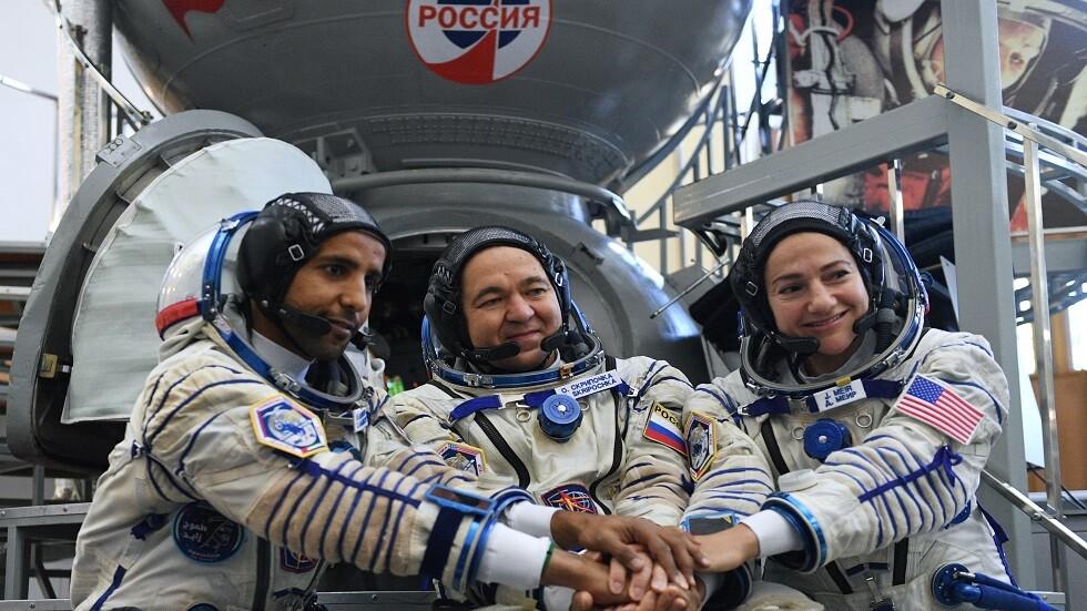 طاقم البعثة 61/62 إلى المحطة الفضائية الدولية: جيسيكا مير (الولايات المتحدة الأمريكية)، أوليغ سكريبوتشكا (روسيا)، هزاع المنصوري (الإمارات)