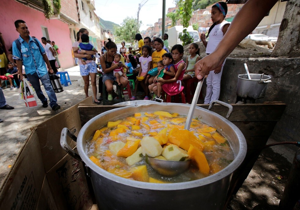 توزيع الطعام المجاني على سكان حي كاكاجويتا من كاراكاس