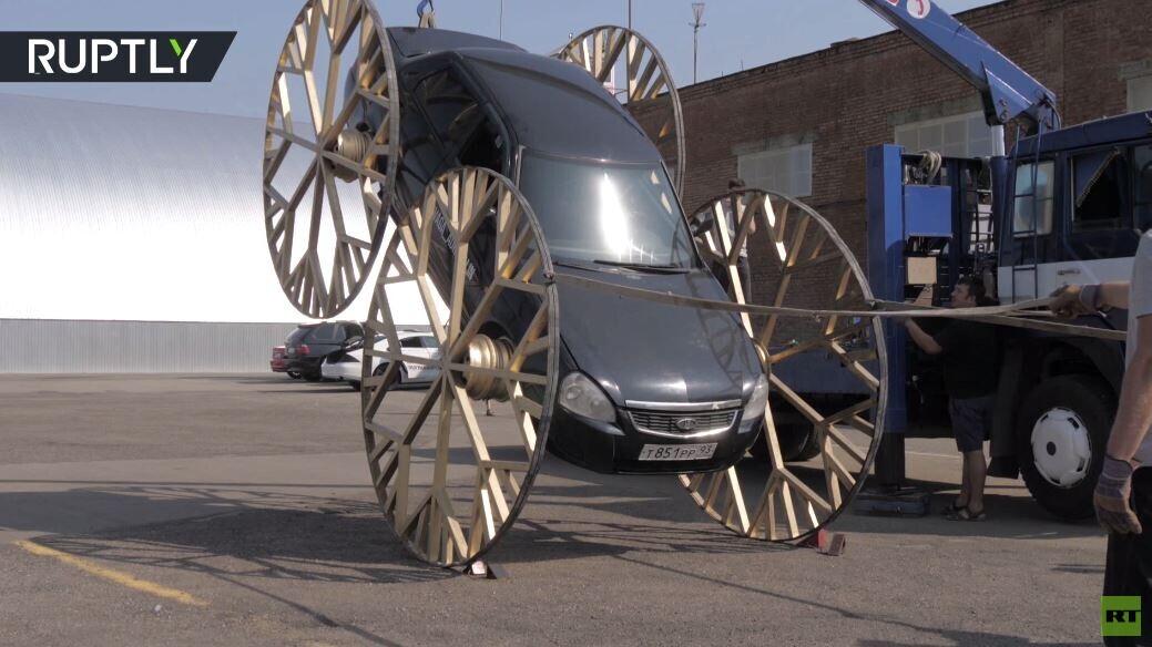 سيارة لادا روسية تتحول إلى عربة خيالية يمكنها السير رأسا على عقب!