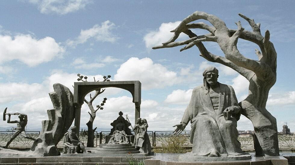 تمثال برونزي جديد للشاعر نظامي في دربند