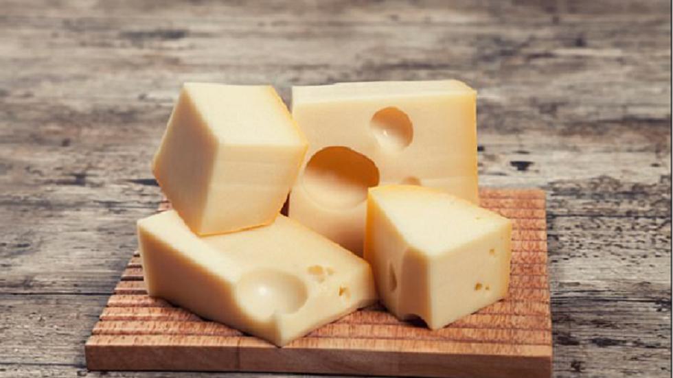دراسة جديدة تكشف فائدة غير متوقعة للجبنة على صحة الأوعية الدموية
