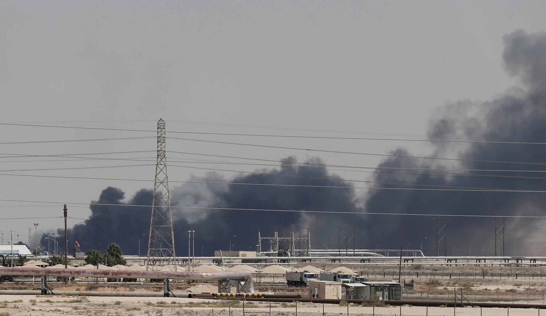 دخان يتصاعد من موقع المعمل النفطي لشركة