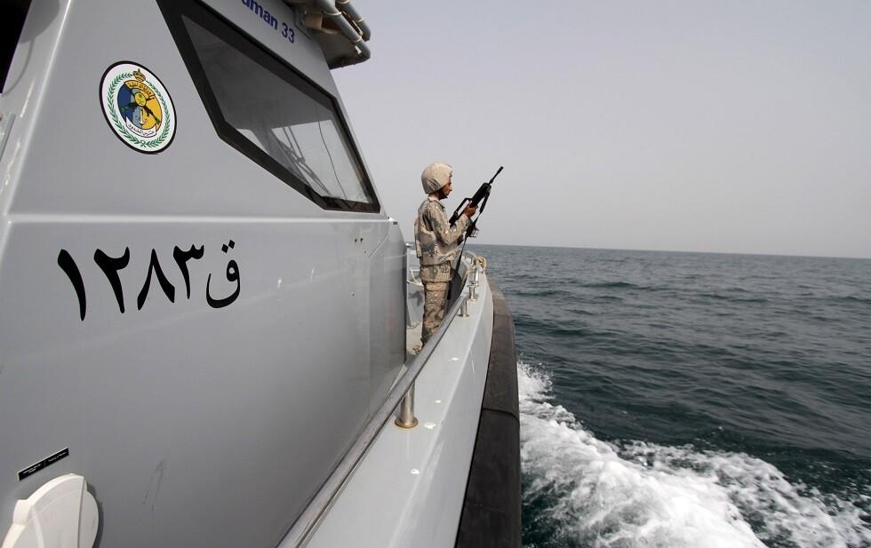 حارس بحري سعودي يراقب الحدود مع اليمن