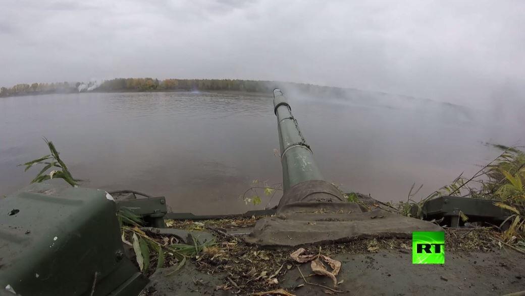 شاهد.. الدبابات تعبر نهرا جراء مناروات
