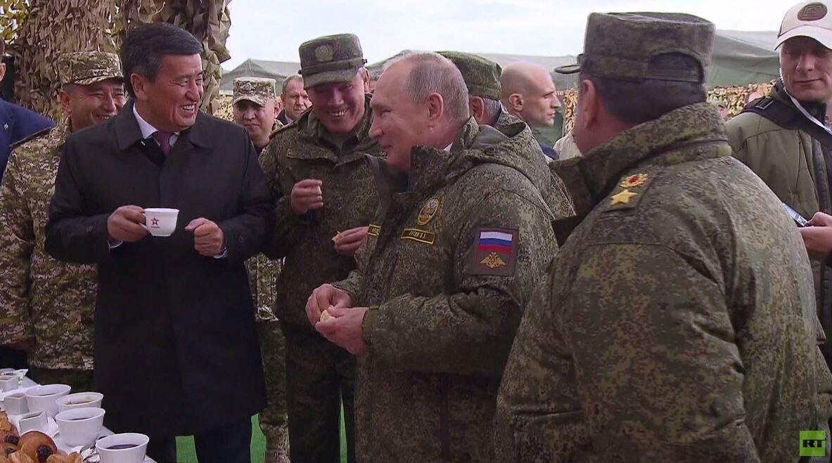 شاهد.. الرئيس بوتين برفقة نظيره القرغيزستاني يتذوق المطبخ الميداني