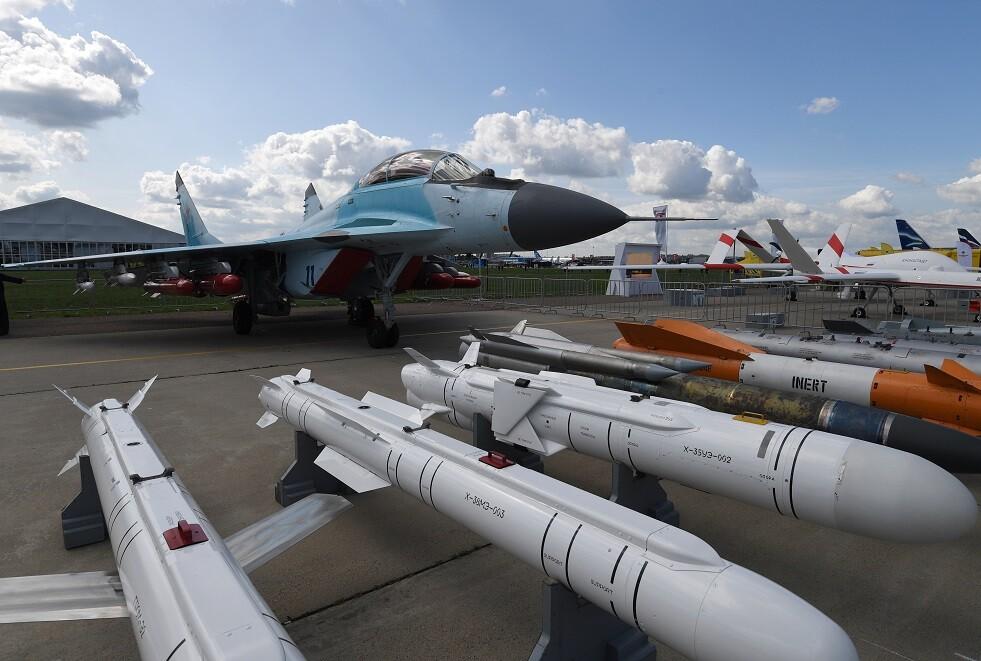 صواريخ مجنحة وقنابل جوية تحملها مقاتلة