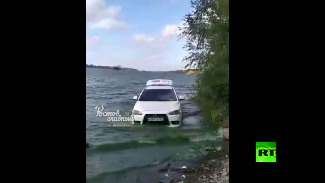 سيارتا تاكسي تشقان طريقهما عبر مياه نهر روسي