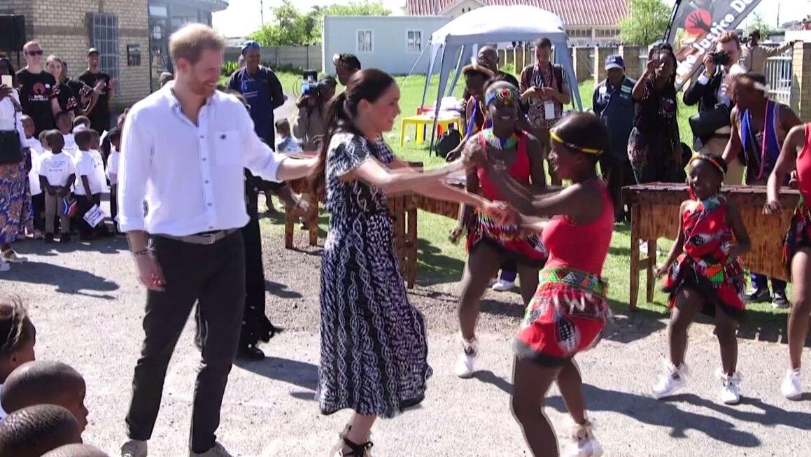 شاهد رقصة الدوقة ميغان في جنوب إفريقيا