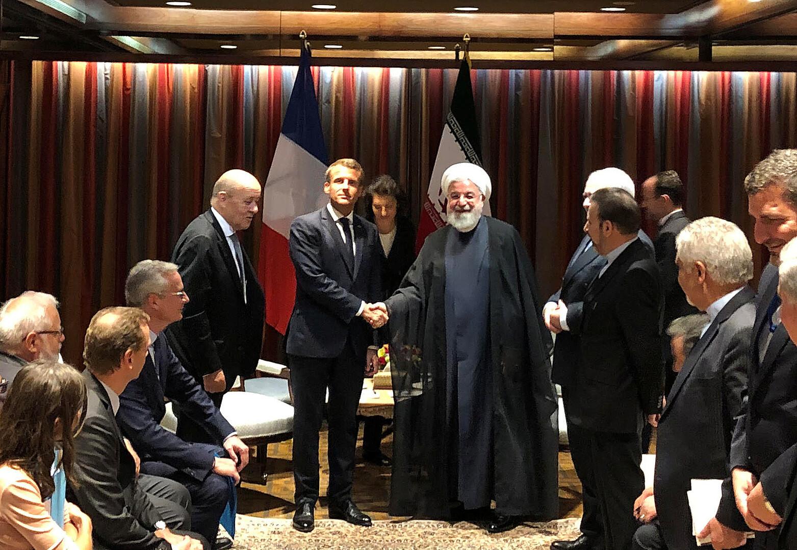 الرئيس الفرنسي إيمانويل ماكرون ونظيره الإيراني حسن روحاني